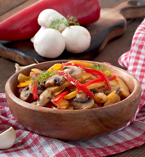 Cogumelos salteados com abóbora e pimentão Foto Premium