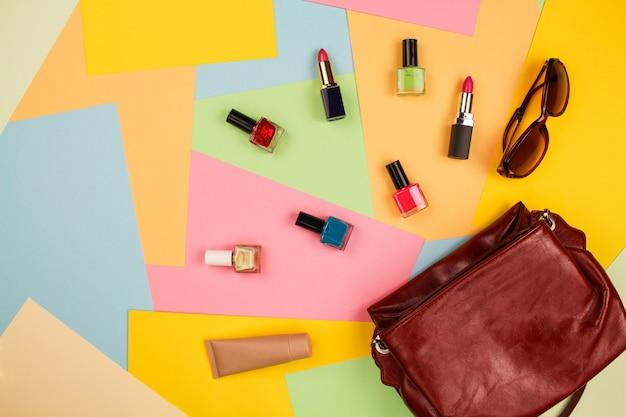 Coisas da bolsa de senhora aberta. Foto Premium