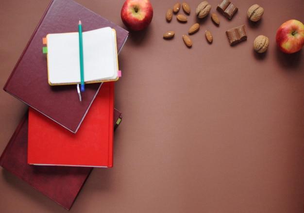 Coisas de estudo. fundo de educação. papelaria. aspectos da educação. Foto Premium