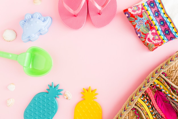 Coisas de resort de praia em fundo rosa Foto gratuita