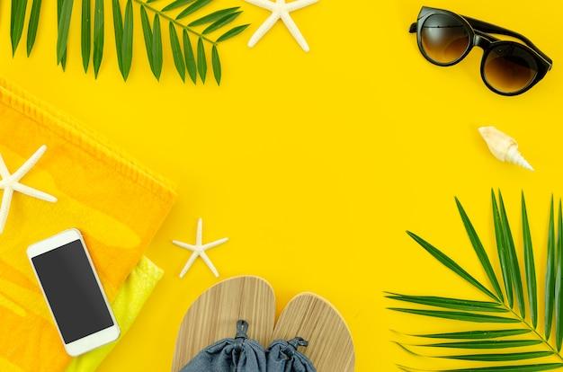 Coisas do verão da mulher da vista superior para a praia, óculos de sol, toalha. telefone. Foto Premium