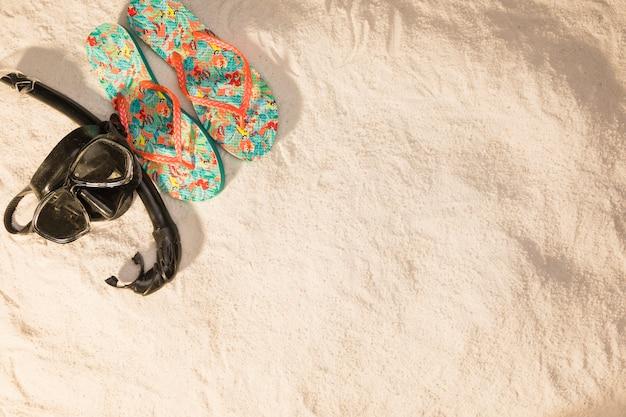 Coisas para férias de praia na areia Foto gratuita