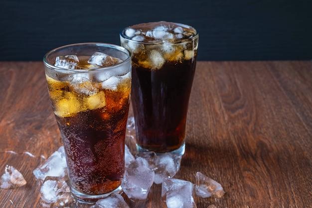 Cola em cubos de vidro e gelo Foto Premium