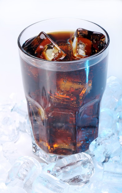 Cola fresca bebida em vidro Foto gratuita