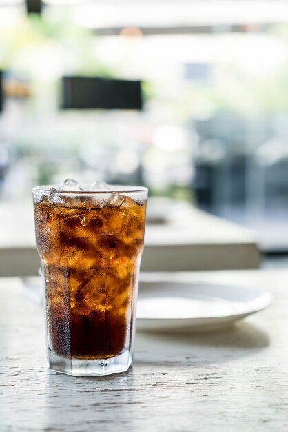 Cola gelada na mesa Foto Premium