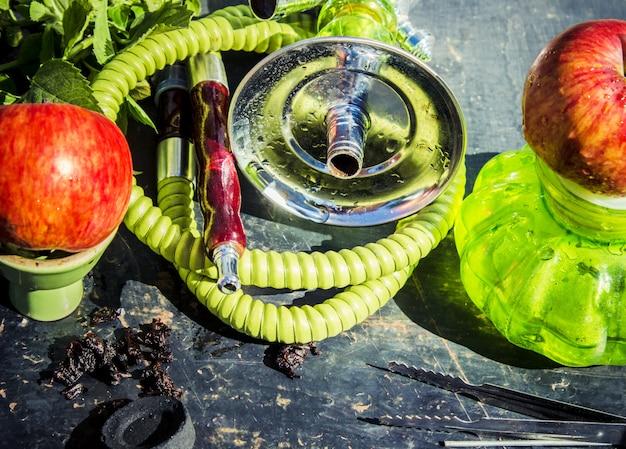 Colagem com tabaco do cachimbo de água fumando gosto diferente. Foto Premium