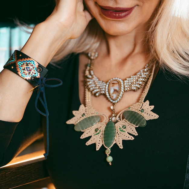 Colar da moda com pedras e pérolas caras Foto gratuita