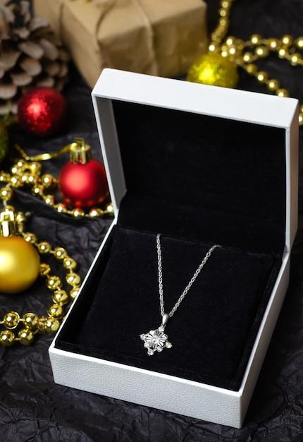 Colar de prata em caixa de presente em preto. Foto Premium