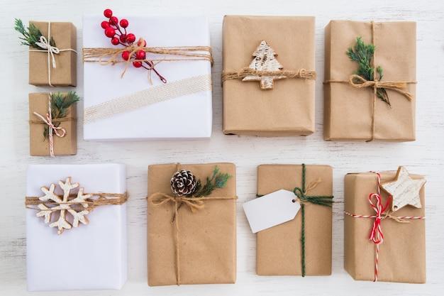 Coleção de caixas de presente presente rústica de natal com tag para feliz natal e ano novo feriado. vista de cima. layout plano criativo e vista superior. Foto Premium