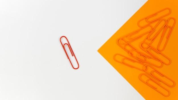 Coleção de clipes de papel com apenas um vermelho Foto gratuita