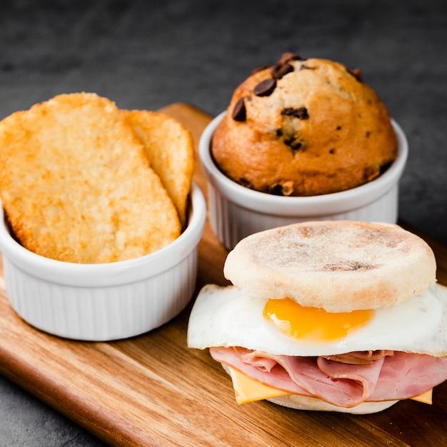 Coleção de close-up sanduíche de ovo benedict ao lado de muffin Foto gratuita