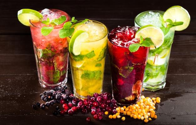 Coleção de cocktails tropicais coloridos Foto Premium