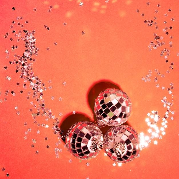Coleção de enfeites de prata enfeite perto de estrelas decorativas Foto gratuita