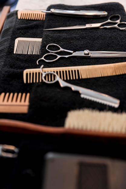Coleção de equipamento de barbeiro profissional na toalha Foto gratuita