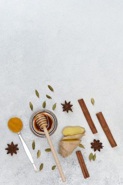 Coleção de especiarias coloridas indianas e mel. açafrão, canela, gengibre, mel, anis estrelado, cardamomo na luz de fundo com espaço de cópia. Foto Premium