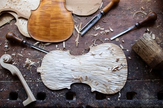 Coleção de ferramentas de marcenaria vintage em uma bancada de trabalho tosca Foto gratuita