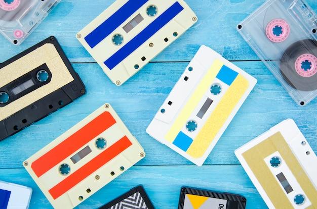 Coleção de fita cassete diferente na superfície de madeira Foto gratuita