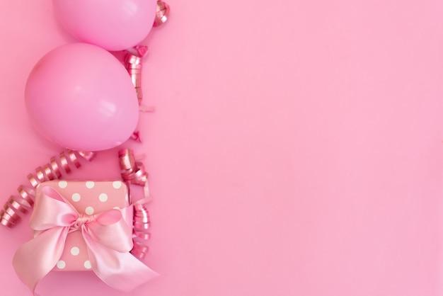 Coleção de objetos de festa de aniversário-de-rosa em uma caixa de presente Foto Premium