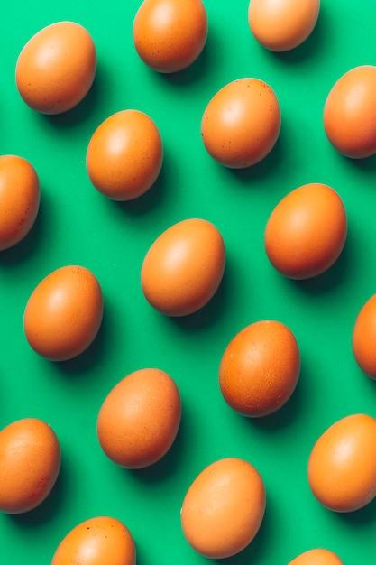 Coleção de ovos de galinha marrom a bordo Foto gratuita