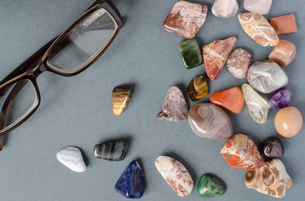 Coleção de pedras preciosas em um fundo cinza Foto Premium