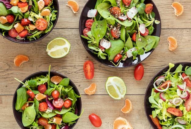 Coleção de placas de vista superior com saladas Foto gratuita