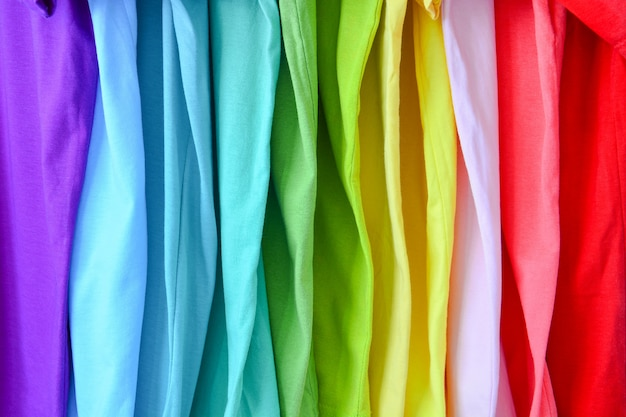 Coleção de t-shirts coloridas do arco-íris para o fundo da textura Foto Premium