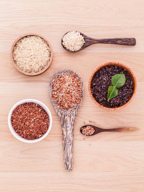 Coleção do arroz inteiro do jasmim da grão na tabela de madeira. Foto Premium