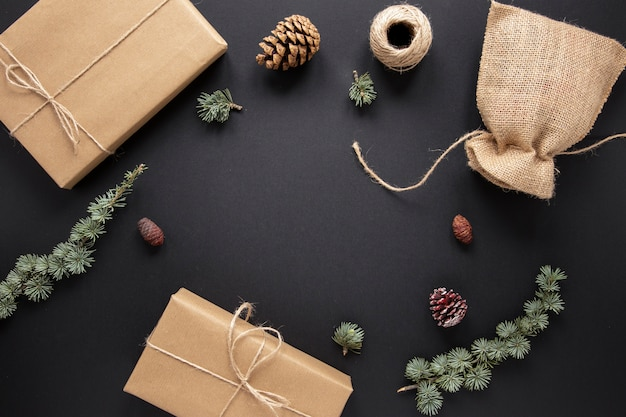 Coleções de presentes e decorações de natal Foto gratuita