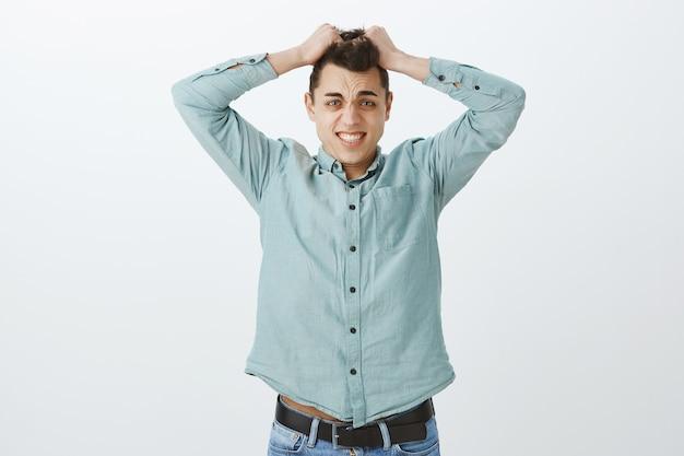 Colega de trabalho adulto ansioso e oprimido em uma camisa casual Foto gratuita