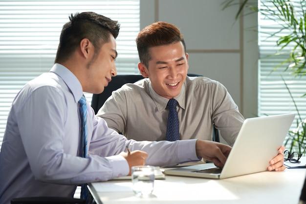 Colega de trabalho tendo reunião Foto gratuita