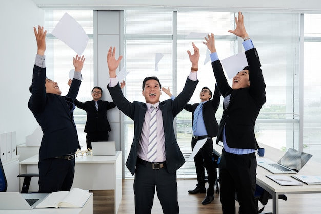 Colegas asiáticos que comemoram o sucesso Foto gratuita