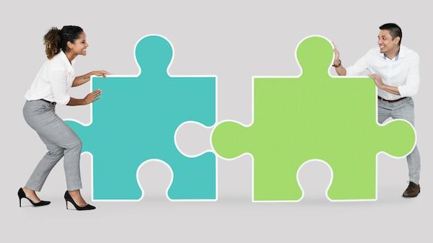 Colegas conectando peças do puzzle Foto Premium