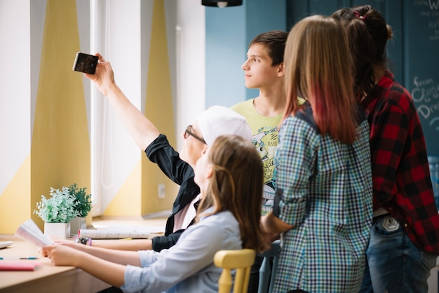 Colegas de classe usando selfie Foto gratuita