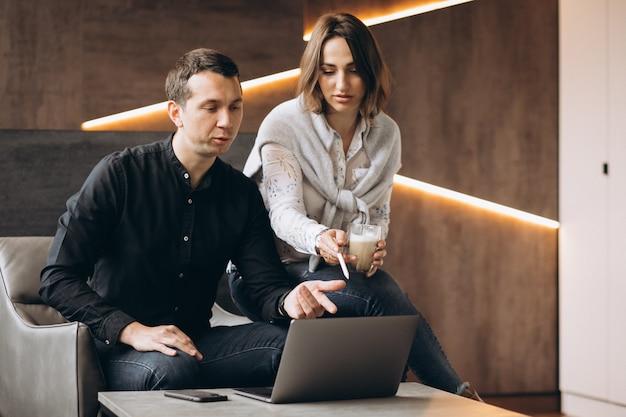 Colegas de mulher de negócios e homem de negócios, trabalhando no laptop Foto gratuita