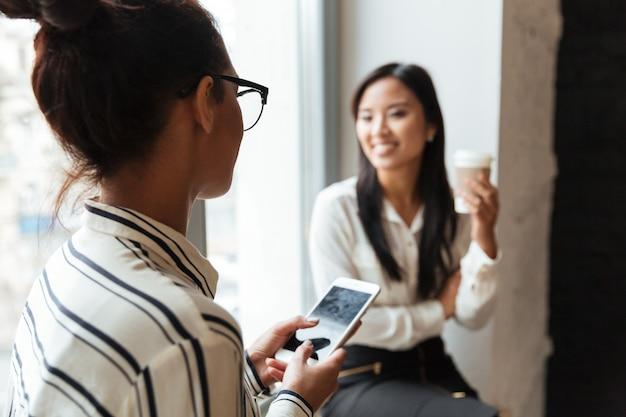 Colegas de mulheres falando entre si Foto gratuita