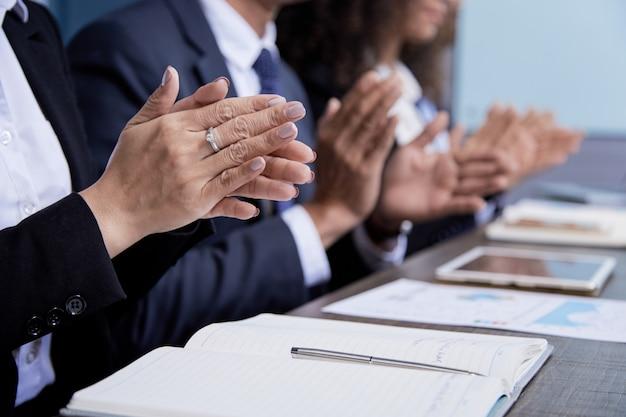 Colegas de palmas batendo palmas na reunião Foto gratuita