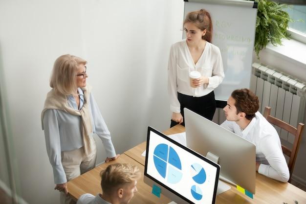 Colegas de pessoas de equipe de empresa falando de brainstorming, colaboração e conceito de trabalho em equipe Foto gratuita