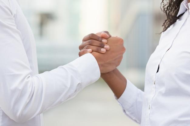 Colegas de trabalho, apertando as mãos para o sucesso corporativo Foto gratuita