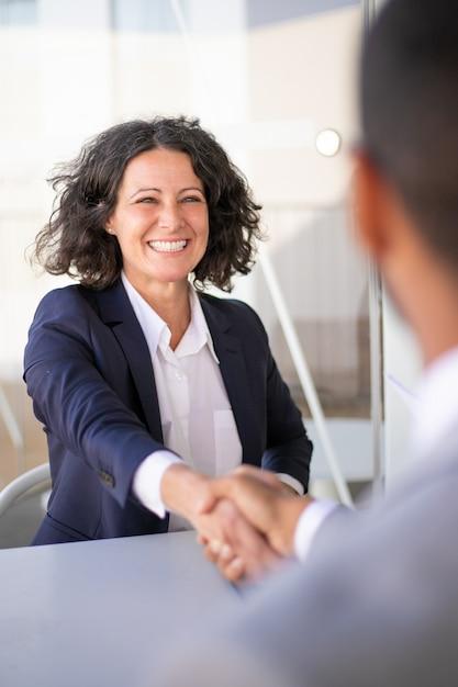 Colegas de trabalho bem sucedido feliz reunião fora Foto gratuita