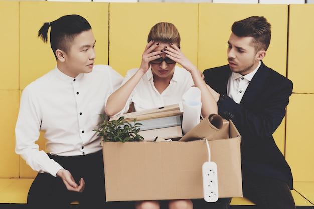 Colegas de trabalho estão consolando mulher demitido. Foto Premium