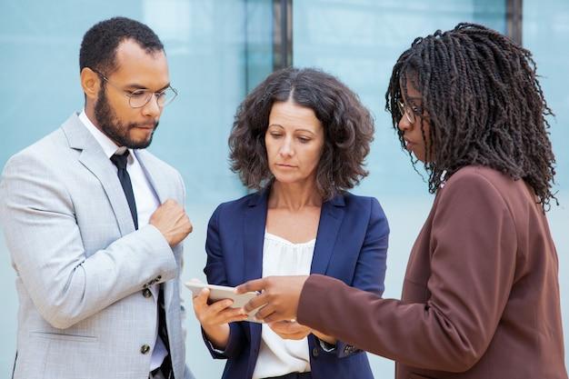 Colegas de trabalho focado com tablet pc Foto gratuita