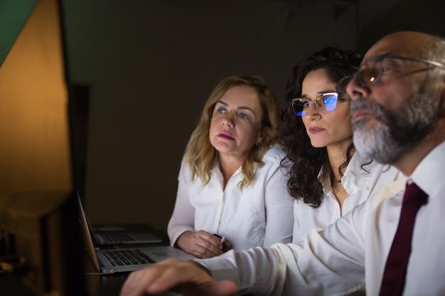 Colegas de trabalho focados, trabalhando com computador Foto gratuita
