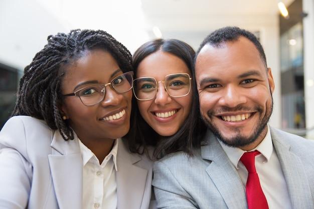 Colegas de trabalho multi-étnico sorrindo Foto gratuita