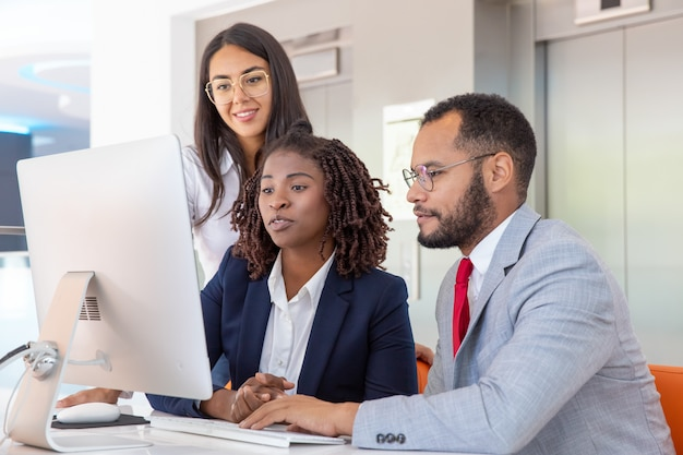 Colegas de trabalho multi-étnico usando computador Foto gratuita