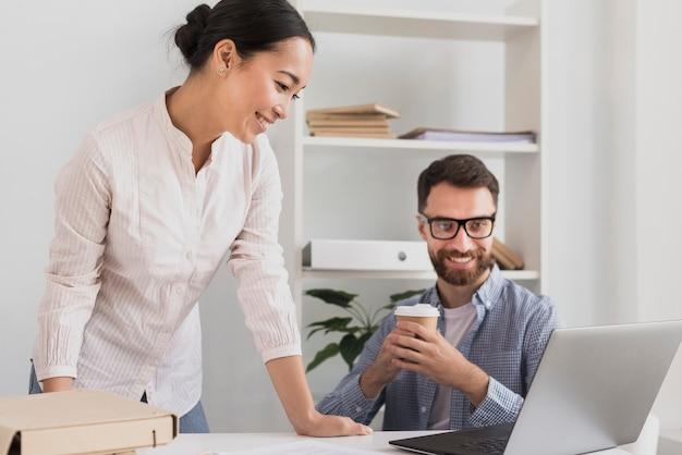 Colegas de trabalho no escritório trabalhando juntos Foto gratuita