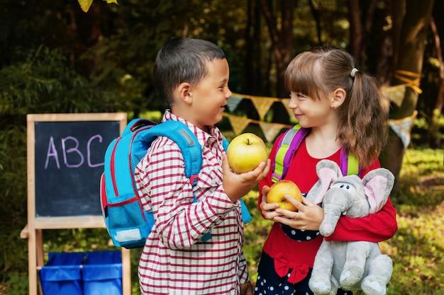 Colegas de turma com mochilas. de volta à escola. o conceito de educação, escola Foto Premium