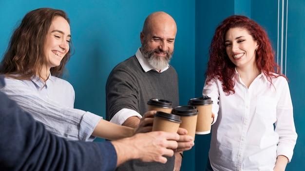 Colegas, desfrutando de café juntos Foto gratuita