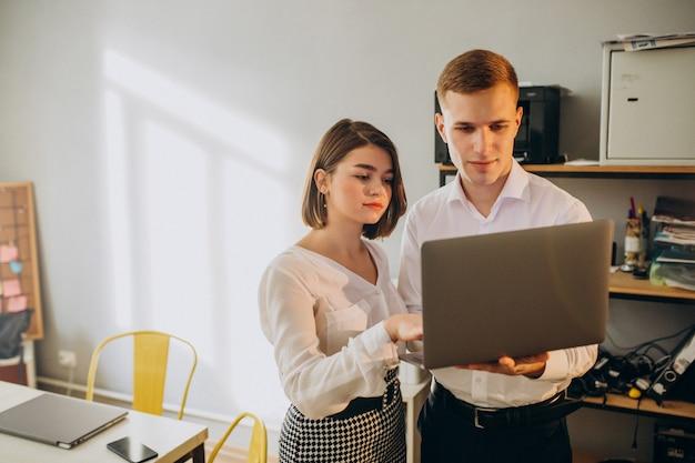Colegas femininos e masculinos, trabalhando no escritório Foto gratuita