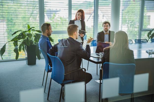 Colegas no coworking de escritório contemporâneo Foto gratuita