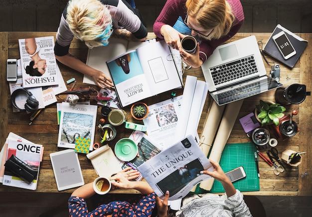 Colegas que trabalham em uma mesa Foto gratuita